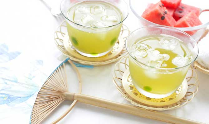 glasses of iced lemonade