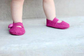 baby shoes violet